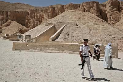 Confirmado: hay salas ocultas en la tumba de Tutankamón Tuesday-Egyptologists-AP-PhotoNariman-El-Mofty_CLAIMA20160317_0084_17