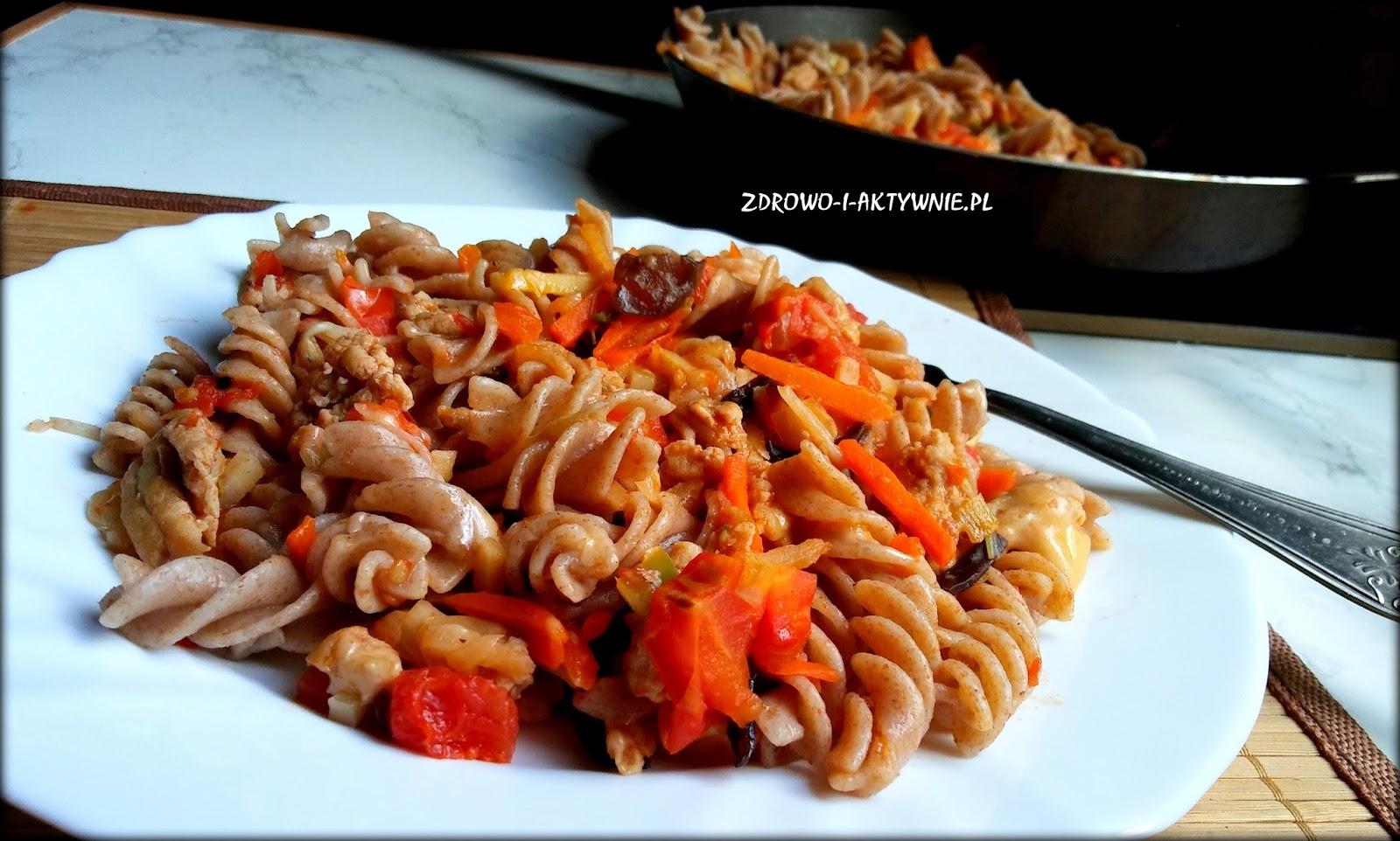Makaron z mieszanką chińską i kurczakiem