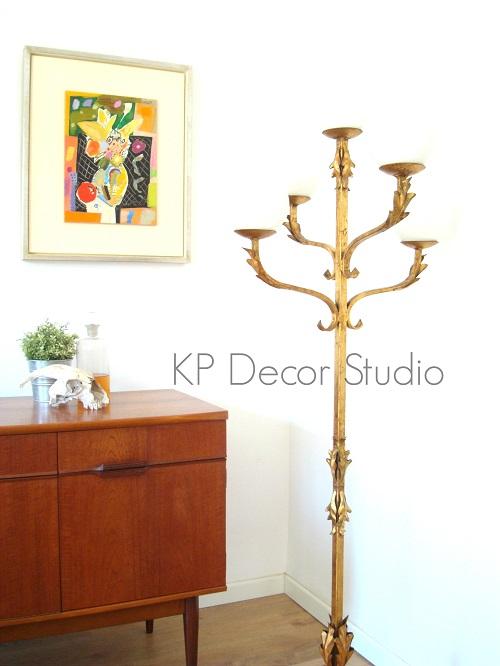 Lámparas de pie vintage con tulipas de cristal opalina. aparadores daneses