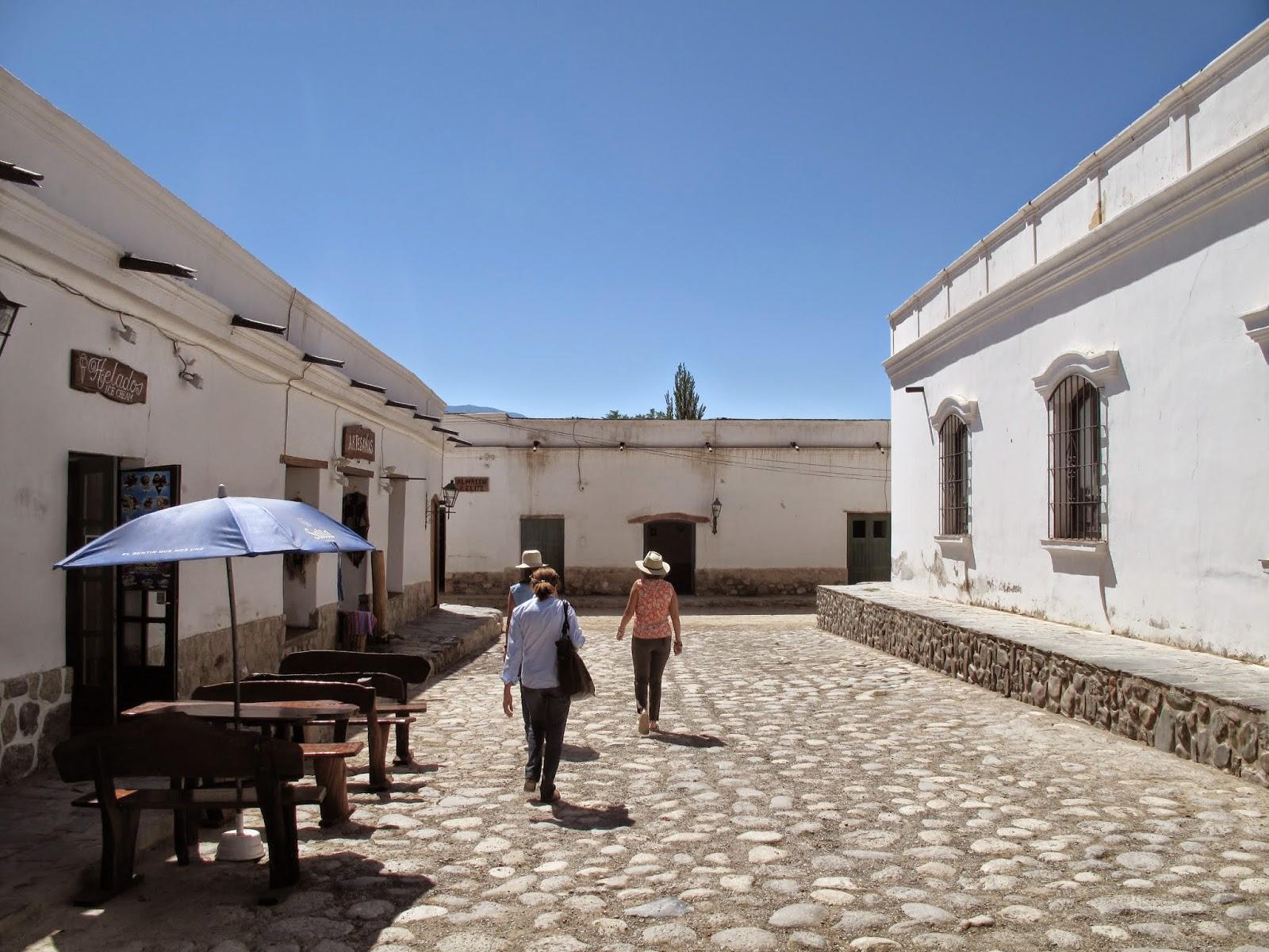 POR TIERRA POR LA TIERRA: Cachi, Pueblo Blanco Del Silencio