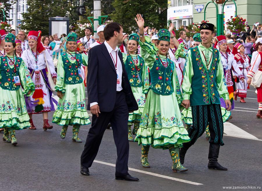 Участники театрализованного парада 'ВСЕ мы - Россия'. Тысячелетие единения мордовского народа с народами Российского государства