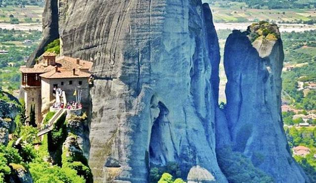 biara di tebing tinggi batu