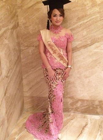 Model Kebaya Wisuda Lengan Pendek