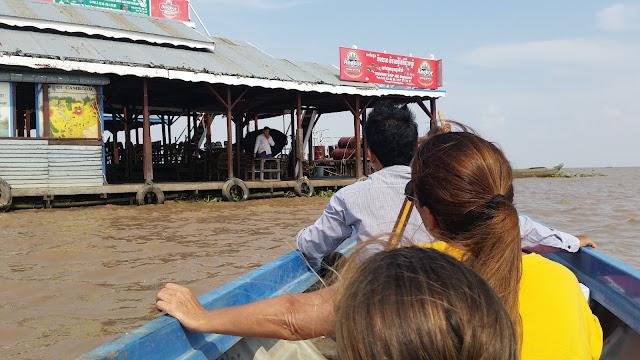 Pequeña embarcación para visitar Chong Kneas