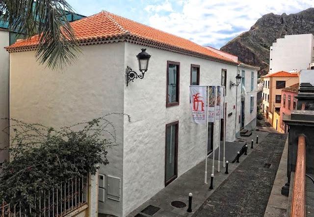 El catedrático José Fariña analiza en La Palma la relación entre territorio, urbanismo y salud