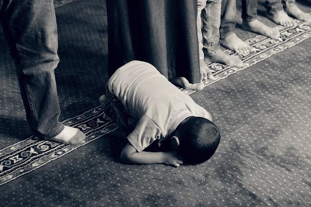 Yang Lebih Berhak Menjadi Imam