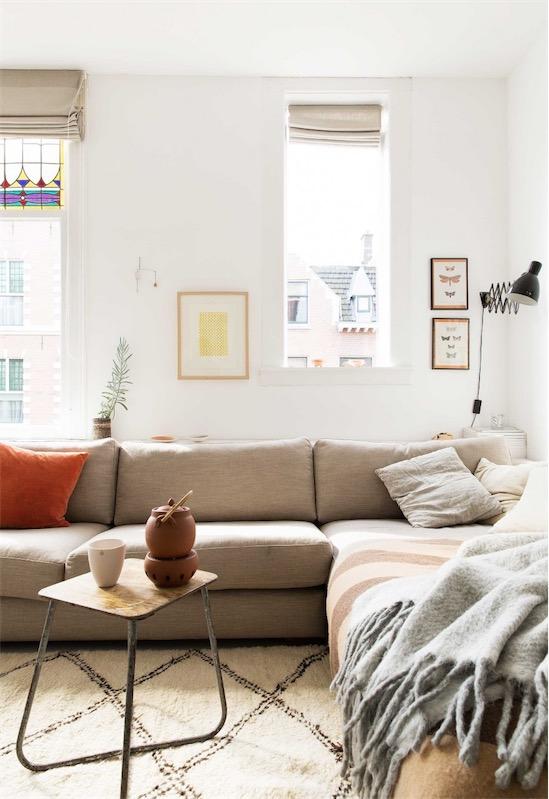 sofa en L y taburete como mesita chicanddeco
