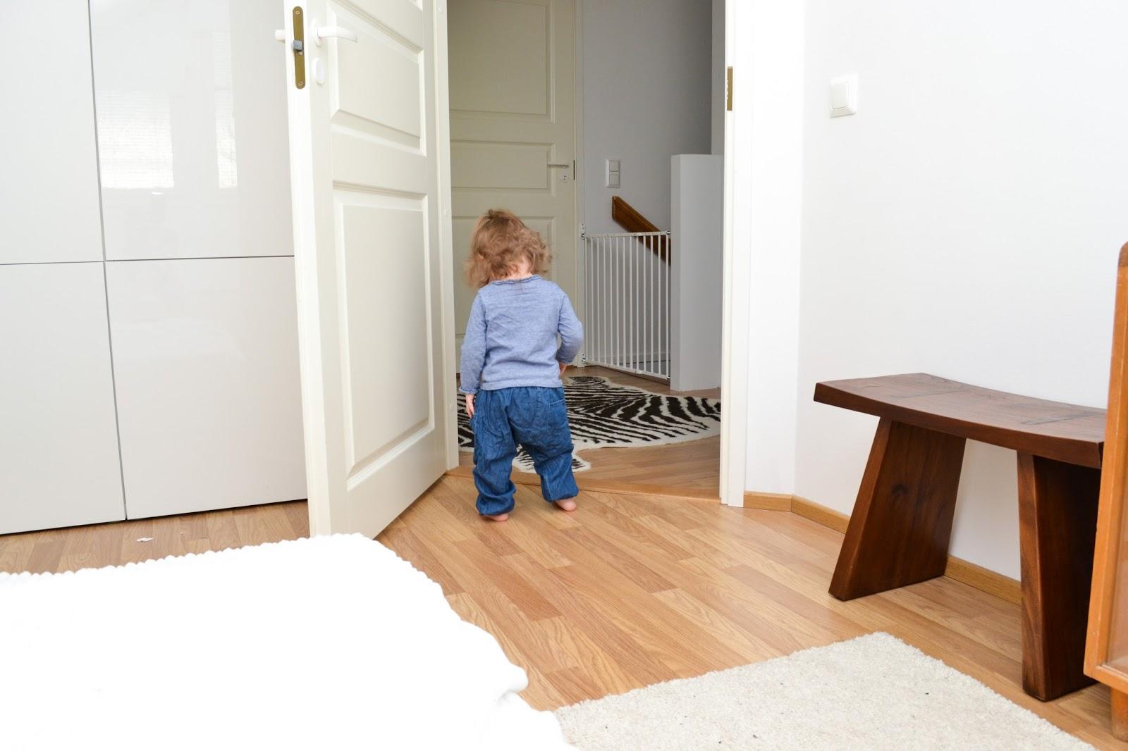 Saippuakuplia olohuoneessa -blogi, kuva Hanna Poikkilehto, taapero, puolitoista vuotias, lapsen kehitys, lapsi, perhe, makuuhuone, ikea, tyttö