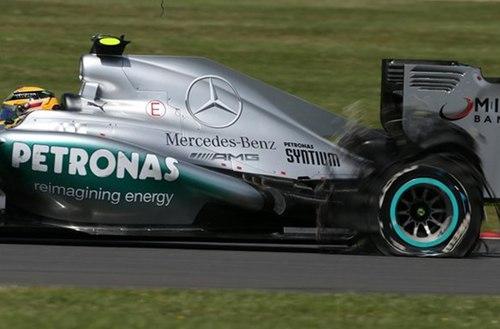 Pha nổ lốp trên chiếc W04 của Hamilton.