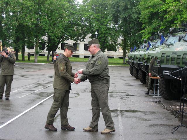 генерал-лейтенант Аллеров вручает награду