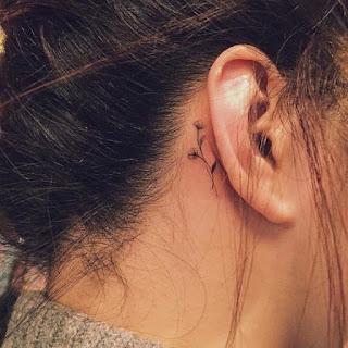 tatuaje oreja flores