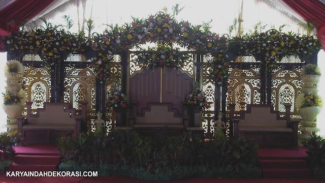Dekorasi Gebyok Teras Coklat Emas Karya Indah Dekorasi