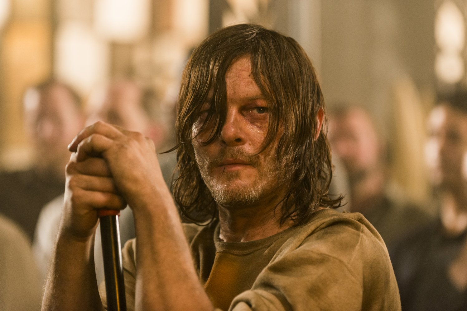 Daryl limpia en el Santuario en el episodio Sing Me a Song de The Walking Dead