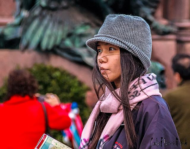 Retrato de mujer con sombrero tejido de semi perfil