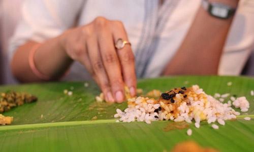Të ngrënit me duar e gishtërinj është më e shëndetshme se me lugë dhe pirun