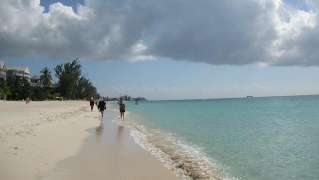 Grand Cayman - Seven Mile Beach mit Kreuzfahrtschiffen im Hintergrund