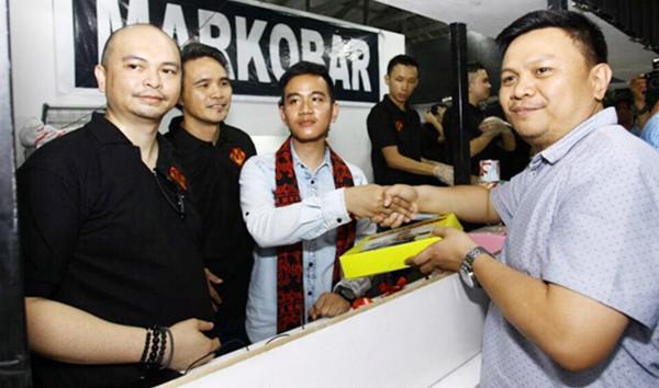 INSPIRASI : Putra Presiden Jokowi Berjualan Martabak Dengan Gerobak Kaki Lima di Manado