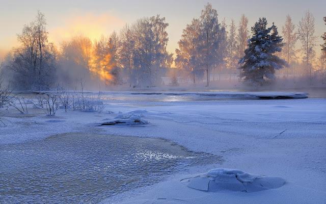 Bevroren meer met een dun laagje sneeuw