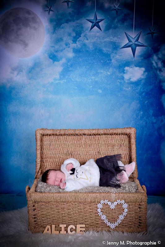photo bébé dans malle portrait en studio de bébé déco nuit étoilée
