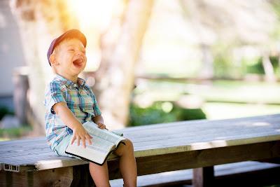 Copil cu Biblia în mână - imagine de Ben White - unsplash.com