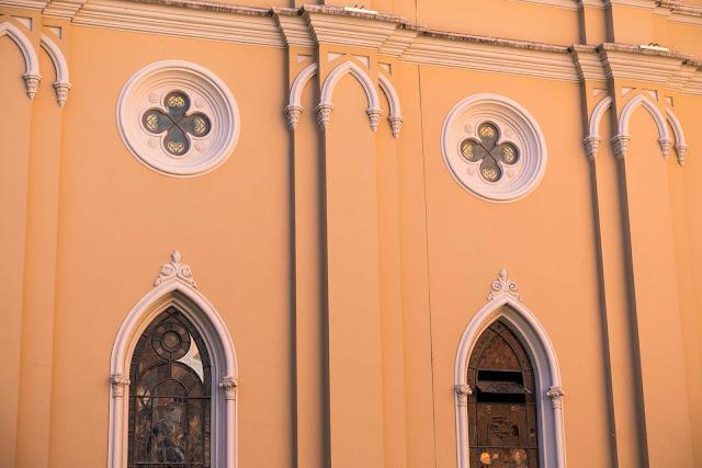 A Catedral de Curitiba - detalhe de janelas e rosáceas