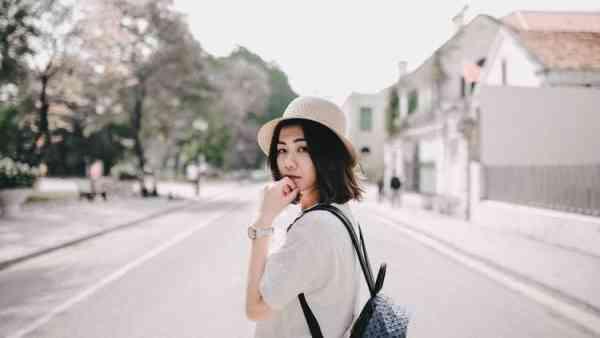 5 Karakter Seseorang yang Bisa Ditentukan dari Caranya Memakai Tas. Coba Tebak, Kamu yang Mana?