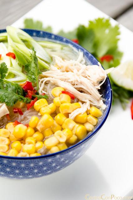 Sopa de fideos chinos transparentes y pollo