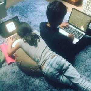 Jennifer Lopez supervisa a sus hijos en Internet. Ver