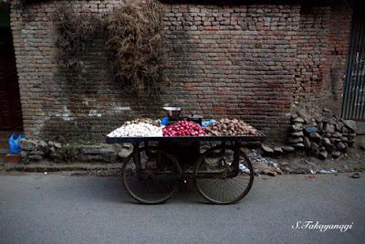 ネパール パタンのにんにく売り