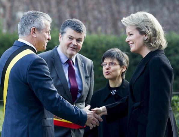 Queen Mathilde visited Mechelen Social House. Queen wore Natan dress and Coat