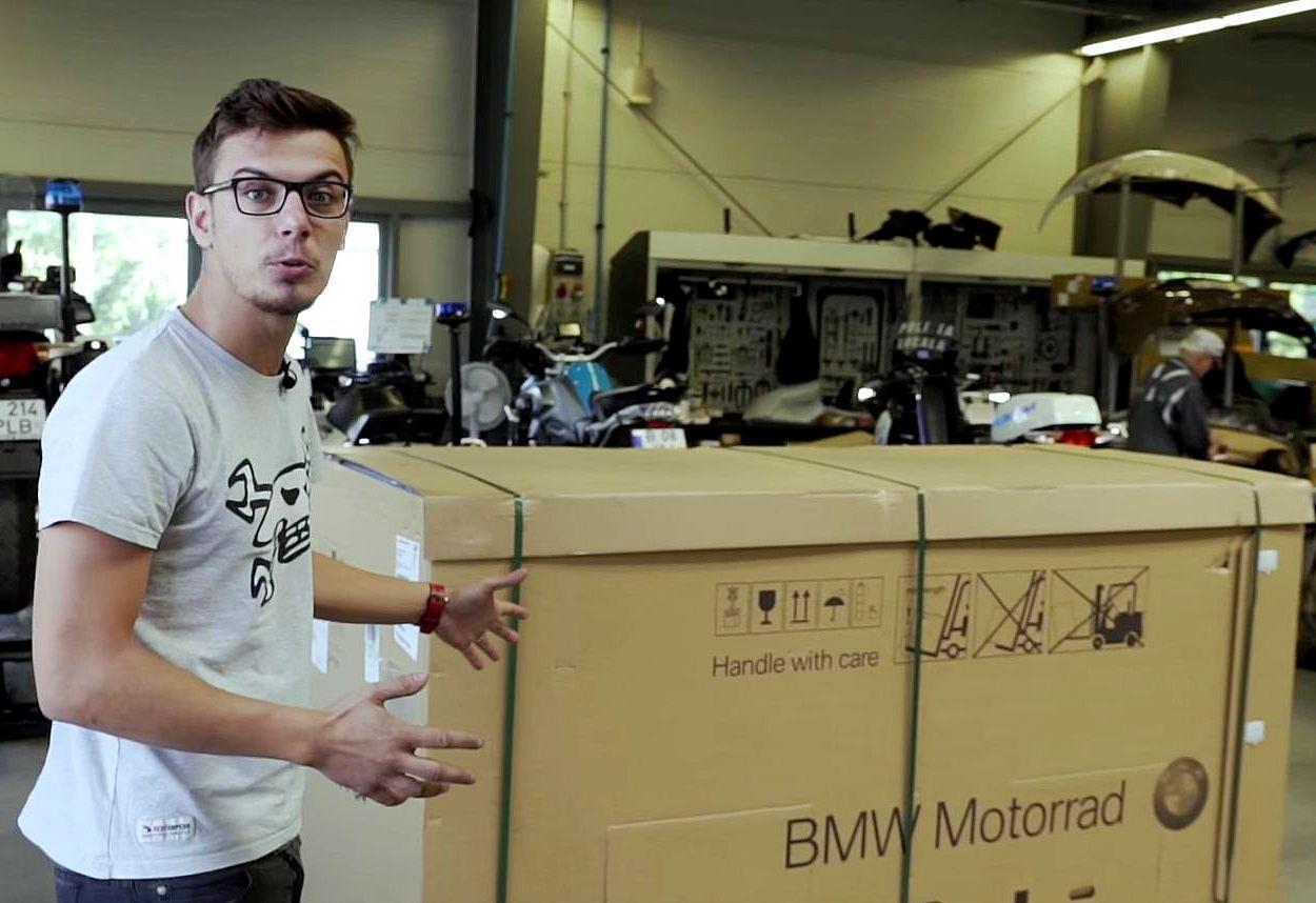 Intip serunya proses unboxing BMW HP4 Race yang harganya bikin kantong terbakar