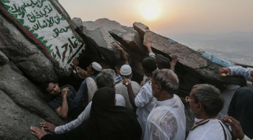 Umatizen _ Jamaah haji antre hendak masuk ke Gua Hira di puncak Gunung Jabal Nur, luar kota Makkah, Arab Saudi _ Khazanah _ Umatizen.com