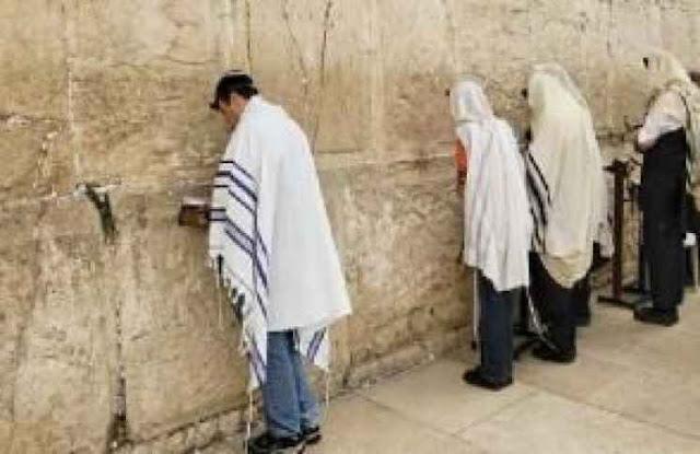 اعتقال امرأة في القدس بعد أن تعرت تماما إمام حائط المبكى