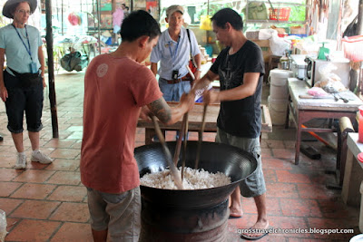 mixing puffed rice with sweetener