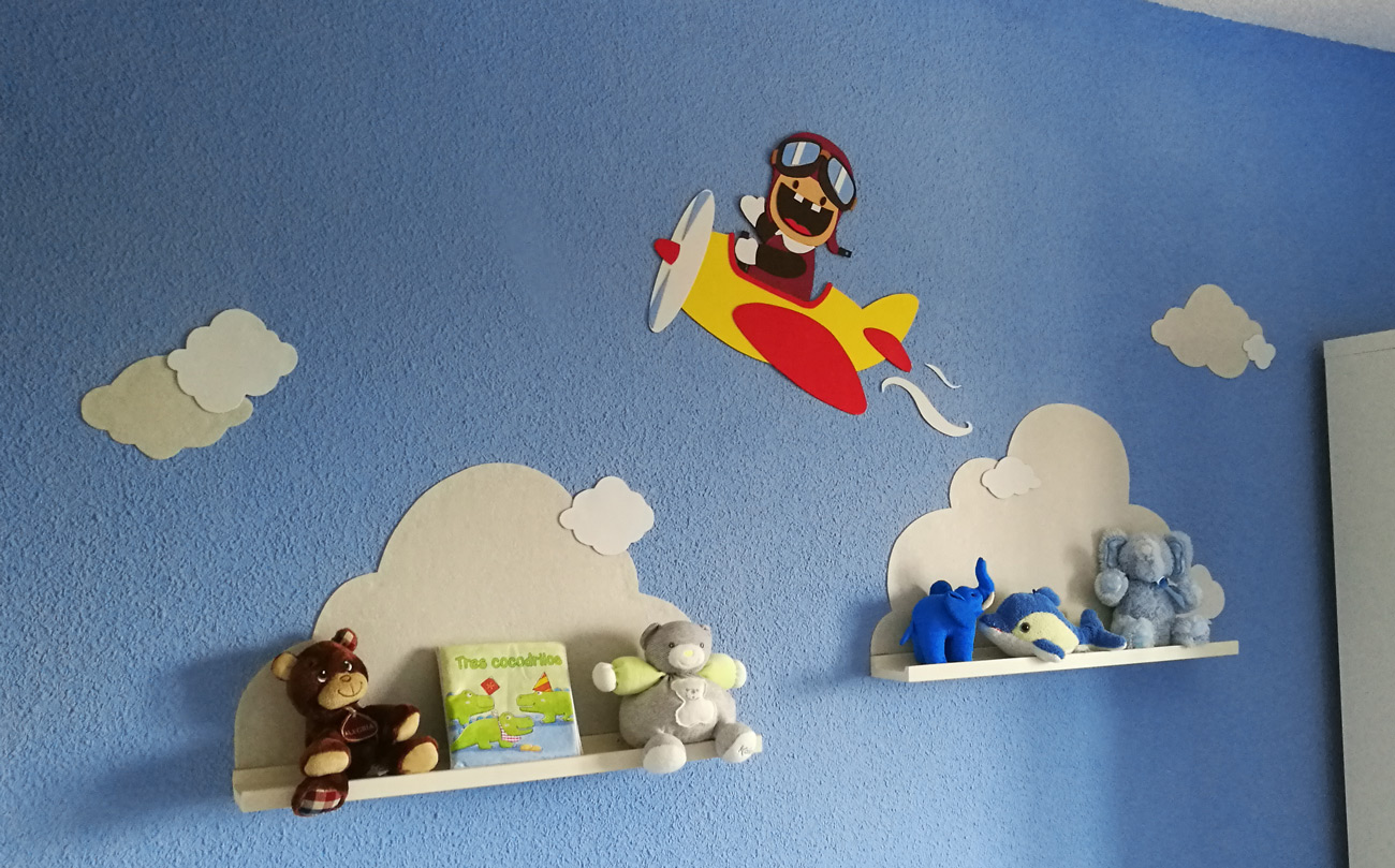 Decoraci n pared habitaci n infantil con estanter as goma - Paredes habitacion infantil ...