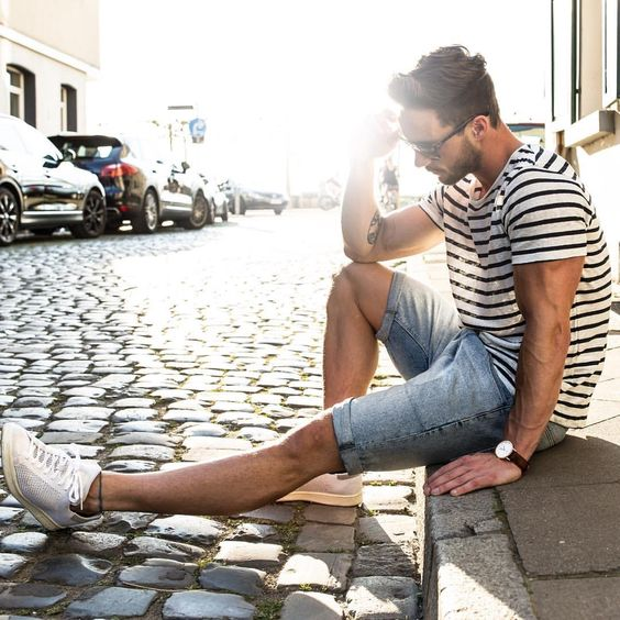 Look Masculino Listrado com bermuda jeans e tênis branco (1)