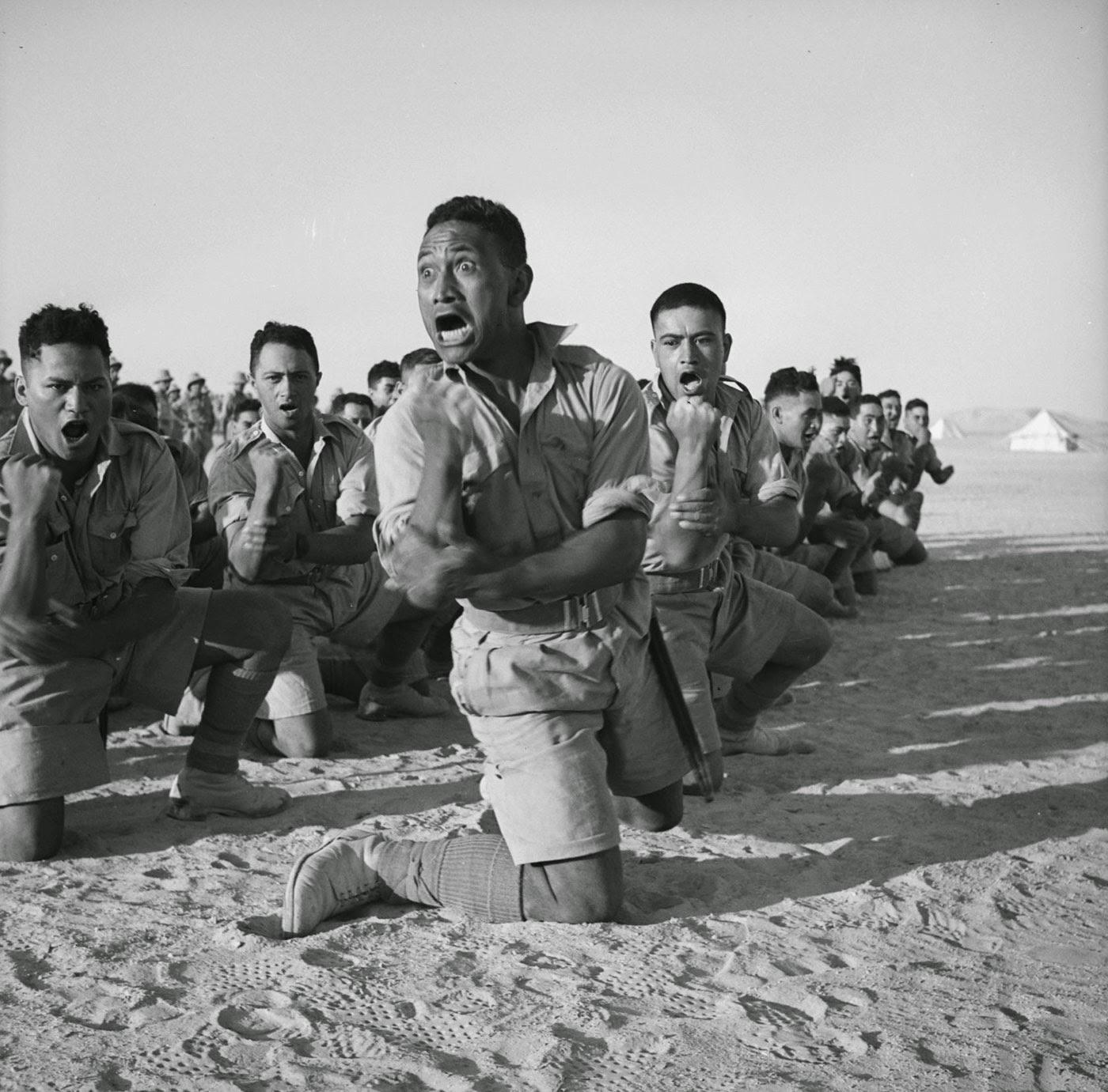 Los miembros del batallón maorí que lucharon en Grecia realizan un Haka para el rey de Grecia en Helwan, Egipto, en junio de 1941.