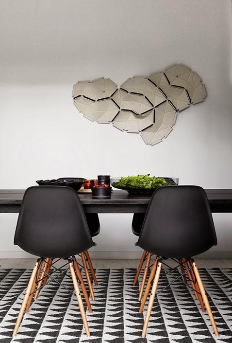 mesa de comedor con sillas eames negras