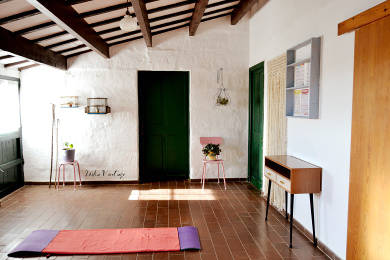 Antes y después de una habitación vacía, a un gimnasio vintage rosa, otra estancia ya finalizada y con mucho uso.