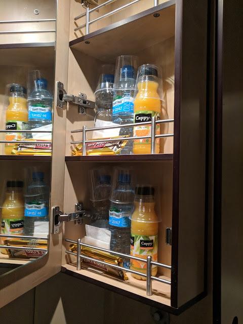 Минибар в поезде Варшава-Вена, включает апельсиновый сок, воду, вафли