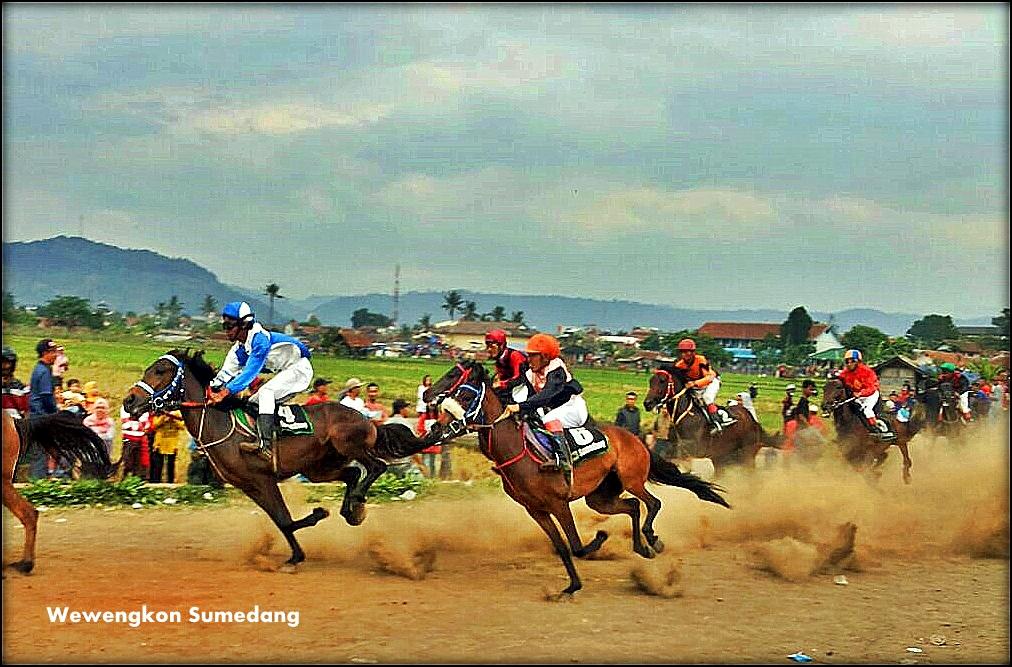 Balap Kuda Kembali Digelar, Penonton Antusias