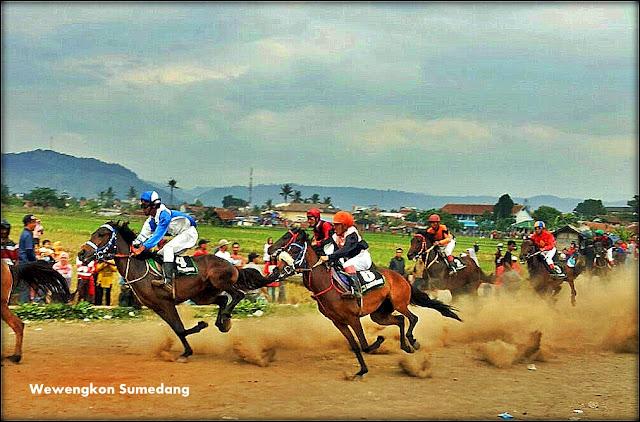 Para Peserta Lomba Pacuan Kuda Sedang Memacu Kudanya