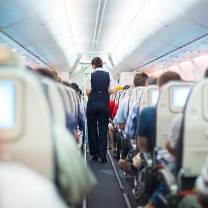 Специалисты рассказали, зачем в самолете гасят свет и поднимают шторки