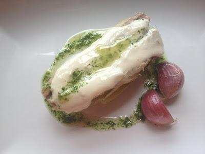 Lomos De  Chicharrines Con Alcachofa Sobre Salsa De Ajo
