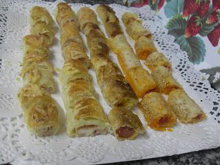 Bandeja con rollitos de hojaldre salados