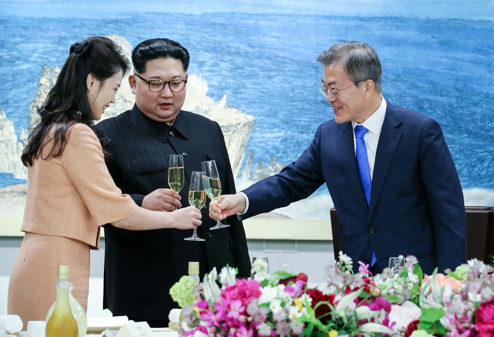 Kim, his wife Ri Sol-ju and Moon toast their glasses at the banquet.