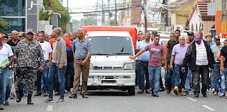 A huelga se van los chóferes en solidaridad con chofer apresado