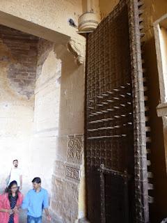 puerta de acceso al fuerte de Jodhpur c oin pinchos a la altura de la cabeza de los elefantes