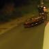 Caixão cai de carro funerário e motorista segue viagem sem perceber