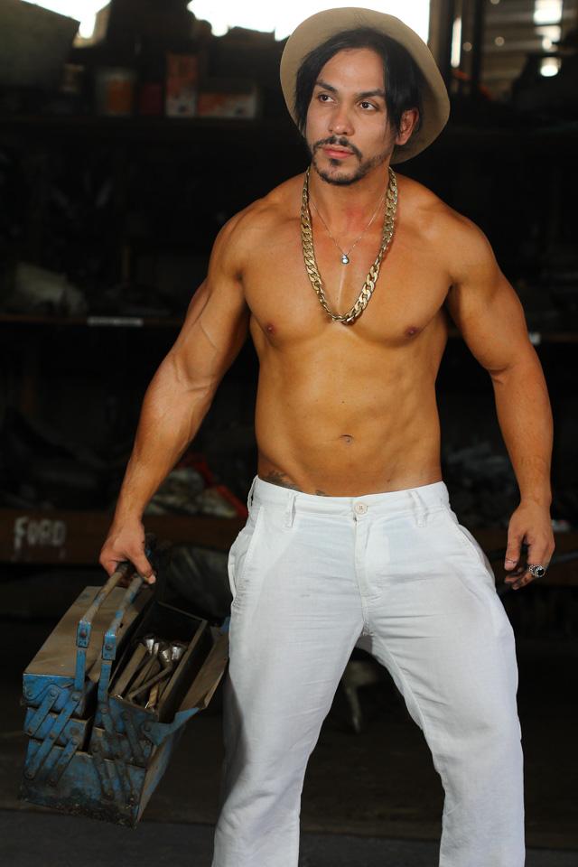 Sem camisa, Ricardo Dias posa de mecânico em ensaio. Foto: Roberto Clix/Renato Cipriano - Divulgação